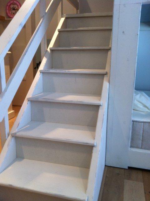 מדרגות לבית עץ מעל המיטה