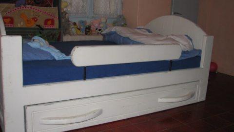 מיטת ילדים/נוער מעץ מלא בסגנון ישן