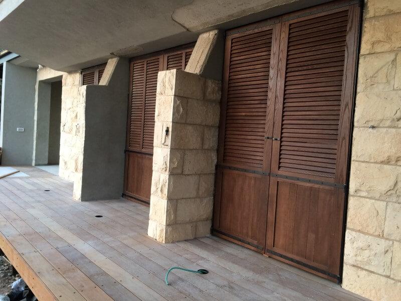 דלתות תריס מעץ מלא